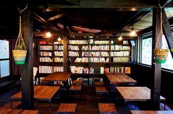 大きな柱や梁が特徴の、シックで落ち着いた店内。棚にたくさん並べられた本を読みながらゆったり過ごすのもよさそうです。