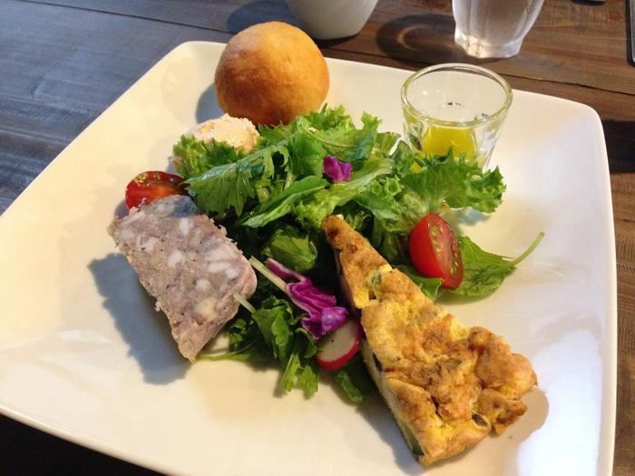 ランチは、季節によって変わるメニューが楽しめます。こちらの「お楽しみサラダプレート」は、新鮮野菜とオムレツ、テリーヌやパンなどが彩りよく盛り付けられていて、どれも体の中からキレイになれそうなやさしい味わい。