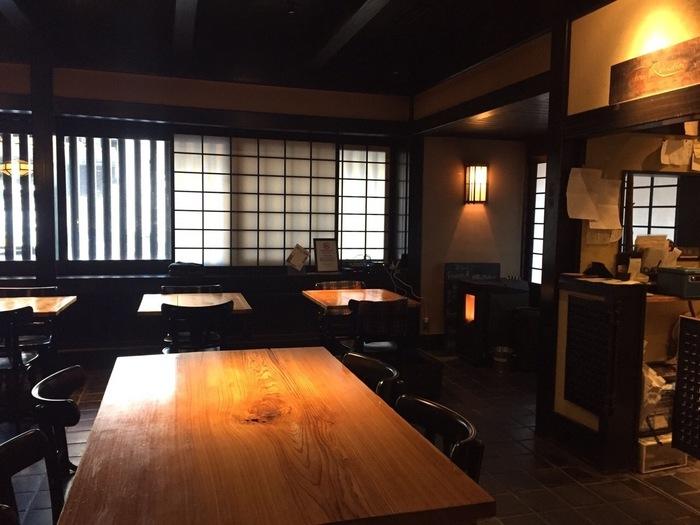少し落とした照明が心地いい、古民家をリノベーションした店内。和モダンでありながら、どこか懐かしい雰囲気も感じられます。