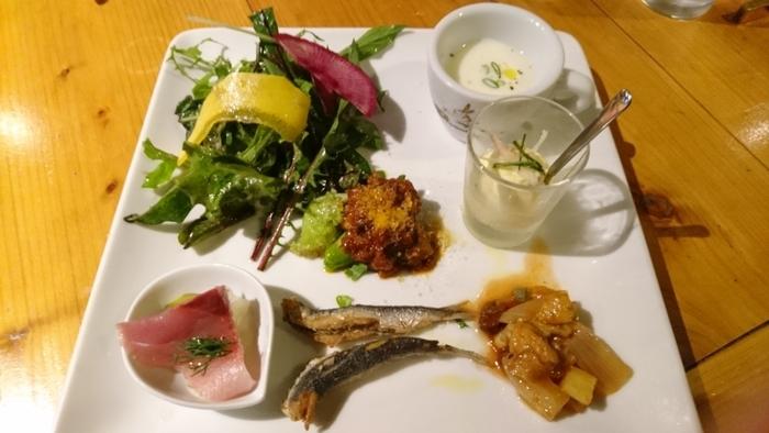 ランチセットの前菜は、いろいろなお料理がひと口ずついただける女性好みの盛り付け。サラダやスープ、ムースや揚げ物などバリエーションにも富んでいます。