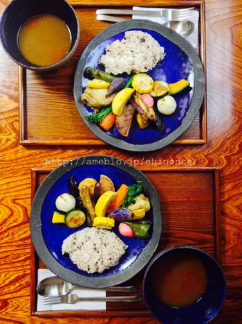 1番人気は「鎌倉野菜のスープカリー」です。カレーに使われるお野菜は、その日の仕入れや季節によってさまざま。15種類ほどを茹でたり揚げたり焼いたり…野菜本来の味が引き立つように調理されています。