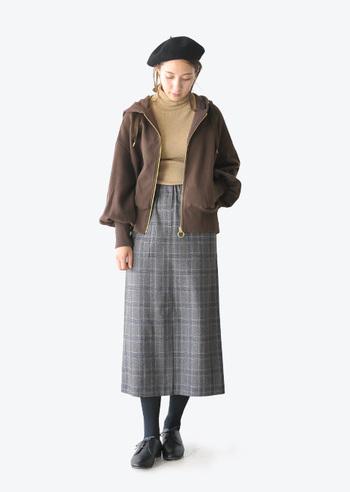 今季も引き続き人気のひざ下丈のタイトスカート。クラシカルにまとめるのもいいけれど、羽織りものでちょっと遊んでみるのも楽しい。ブリッティッシュにスポーティな要素をプラスしたフレッシュな着こなし。