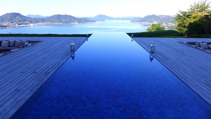 「オープンスペース ザ・デッキ」。 瀬戸内海に向かって突き出した水盤は、インフィニティ・プールとはまた異なった趣です。※宿泊者以外も利用OK。