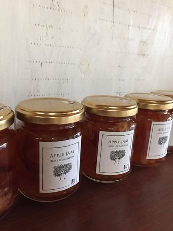 パンに合うものといえば、やっぱりジャムは欠かせませんよね。こちらはハーブとフルーツを使った農園のオリジナル商品です。ほのかに薔薇の香りがするりんごとローズゼラニウムのジャムなんて、市販品ではなかなかお目にかかれないのでは? ほかにもピリリと辛みのきいたジンジャージャムや、高知産の果実を使った季節のジャムが登場することもあります。