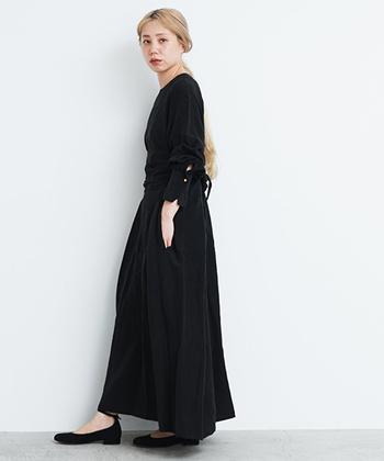 ブラックワンピースが主役のシックなスタイル。バレエシューズがカジュアルとレディのちょうどいいバランスを演出します。パリの街並みを颯爽と歩くパリジェンヌをイメージして、かっこよく着こなしましょう。