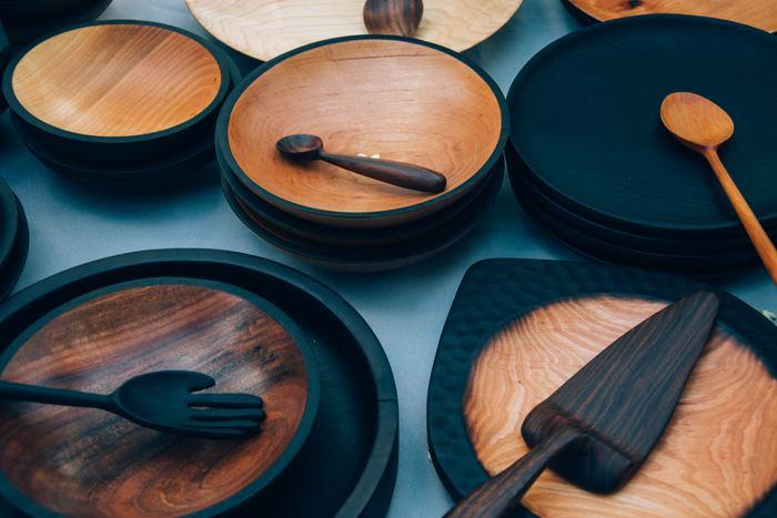 アウトラインのデザインが素敵なお皿に、色違い、同一素材のアンバランス感が楽しいカトラリーをのせて。