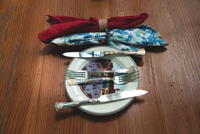 おばあちゃんの代から使っているかのようなレトロなカトラリーと食器。旅の途中で見つけたような異国情緒があって素敵です。