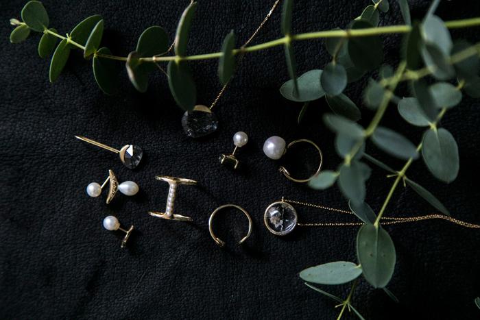 「LiniE(リニエ)」は、新たな時代の風を感じさせる、愛知県発オリジナルジュエリーブランド。石や鉱物の美しさに魅了されたデザイナーの新美文栄さんが手がけるジュエリーは、スピリチュアルなエネルギーを感じさせます。