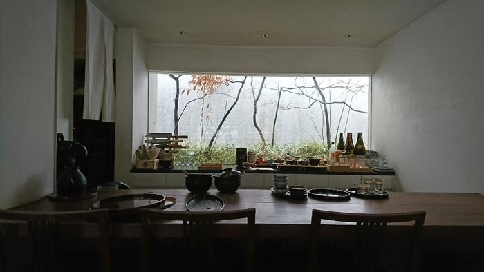 築90年の古民家をリノベーションした店内は、白壁に木製の家具…シンプルながらも洗練された雰囲気です。