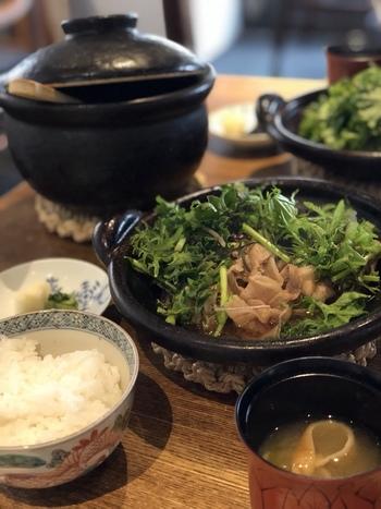 土鍋ごはんは、お米の銘柄にこだわり、注文を受けてからその都度炊いています。炊きたての白米はつややかで、ほんのり甘みが感じられます。手の込んだおかずと白いごはんは最高の組み合わせです。