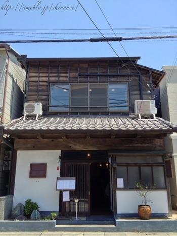 長谷駅から海側に出てすぐのところにある「SYMPOSION(シンポジオン)」は、旅館をリノベーションした和風の外観が印象的。一見和食料理店のようですが、実はイタリアンレストランなんです。
