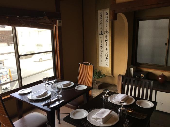昭和10年代に建てられた旅館をリノベーションした店内。昭和レトロな風情が残る落ち着いた雰囲気です。