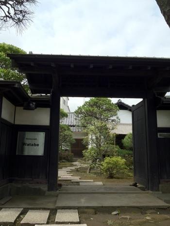 70坪もある広いお庭の飛び石を踏んで、入口に進みます。風格のある日本家屋は、落ち着いた大人のランチに相応しい雰囲気です。