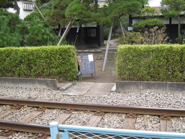 駅前の踏切を渡ってすぐのところにあるフレンチレストラン「Restaurant Watabe(レストラン・ワタベ)」。線路をまたいでお店に入るのも鎌倉らしいですね。