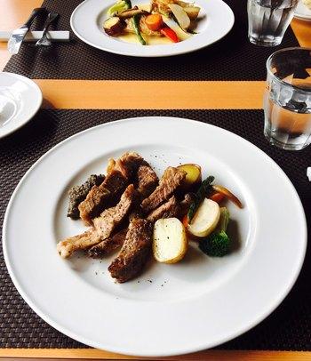 メインは、お魚とお肉料理からセレクト。お肉はフランス産の鴨肉や、丹波のいのししなどバリエーションも豊富。肩肘を張らずにいただけるカジュアルなフレンチを、ぜひ堪能してみましょう。