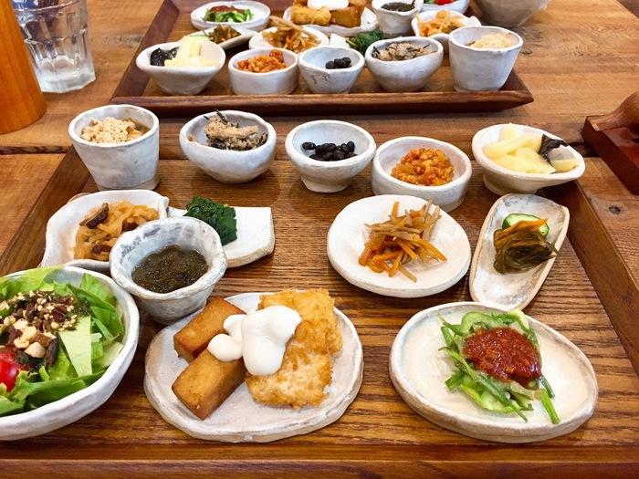 ランチは、「木と季膳」の1種類だけ。動物性素材を使わず、自然栽培、無農薬、無肥料、無添加の材料にこだわったおかずが13種類いただけます。この日は、高野豆腐のカツやモロヘイヤのお浸し、ミョウガ入りのお味噌汁など。どれも淡泊ながら素材の味がしっかりと感じられると評判です。