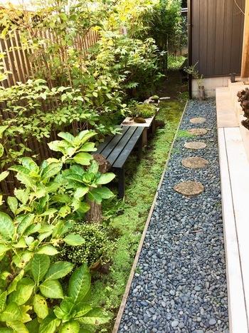 垣根やのれんでお出迎え。店内の壁や床は天然木を使用。空間によって材木を使い分けて作られているそうです。
