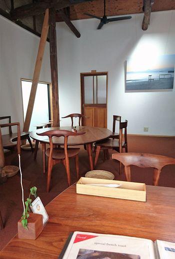 テーブルと椅子は、すべて家具工房の「KOMA」のもの。独特のフォルムの椅子は、座面が木なのにソファーよりも疲れない椅子として、海外での評価も高い注目のアイテム。古民家をリノベーションした店内の雰囲気にもしっくりとなじんでいます。