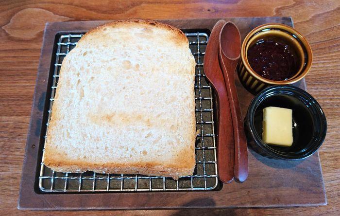 実はこちらのお店、世田谷の最高級パン専門店「recette」の姉妹店なんです。朝9時半から営業しているので、早めのランチにこだわりのトーストはいかがですか?ひとくちにトーストといっても、その種類は豊富。山型プレーン・角型プレーン・角型リッチなど個性豊かな食パンがセレクトできます。小麦の豊かな香りと香ばしさを存分に味わえるようにと開発されたオリジナルプレートにのせて召し上がれ。