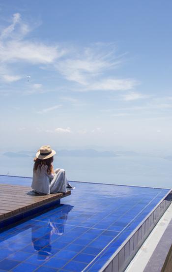 海・山・湖の美しい眺望をもつカフェやテラスの外周にめぐらされた水盤が作りあげるインフィニティな世界。くつろぎながら無限に広がる風景との一体感が愉しめる、それが【インフィニティ・ラウンジ】です。  足を運ぶだけでインフィニティな世界を体感できますし、プールや温泉はちょっと勇気が要る…そんな方にもおすすめ。 ※画像は「びわ湖テラス」。