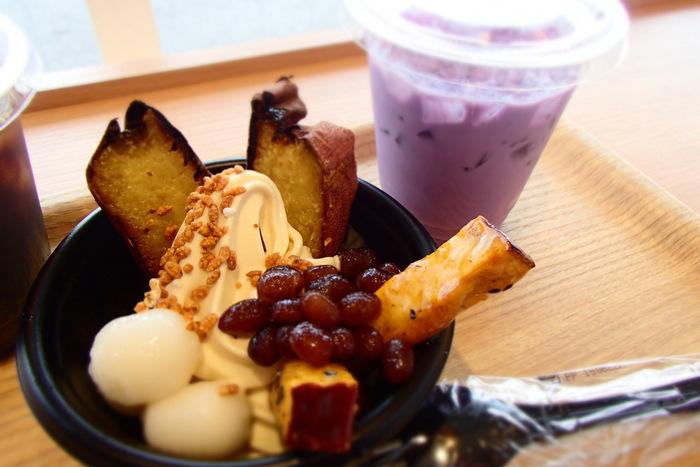 カフェスペースがあるお店では、焼き芋と大学芋の2種類をトッピングしたパフェ「おいも三昧」や「紫いもラテ」などもいただけます。