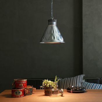 ペンダントライトは、コードやチェーンによって、天井から吊り下げるタイプの照明のこと。 ペンダントライトは、天井から吊り下げる為、照明の位置がシーリングよりぐんと低くなります。その為、光の広がる範囲はシーリングより狭くなりますが、照明までの位置が近い分、シーリングライトは対照的に、強い光を照らす事ができ、比較的、明暗がはっきりする、コントラストの強い光が特徴です。 そして、何といってもペンダントライトの一番の魅力は、照明を吊るす事によって、インテリアの雰囲気がとてもお洒落に仕上がること。お部屋のアクセントにもなり、ペンダントライトを吊るすだけで、お部屋の印象がグッと引き締まります。