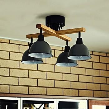 リビングやダイニングなど、おうちの中でもメインのお部屋の照明としておすすめなのが、シーリングライトとペンダントライト。シーリングライトというのは、天井に直接くっつけて使うタイプの照明のこと。特徴としては、高い位置から照明を照らすので、広範囲に光を届けることができ、お部屋全体をふわっと優しい光で包み込んでくれます。例えば、広いリビングを1つの照明だけでまかないたい。そんな時に、ぴったりの照明です。天井に直接付けるので、お部屋全体をスッキリと開放感あふれる空間に仕上げてくれます。