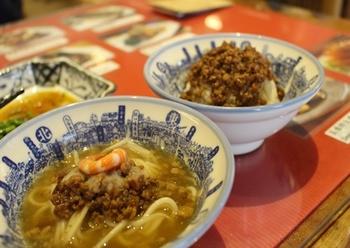 見た目よりもさっぱりとしたスープで、1滴も残さず飲んでしまう人がほとんど。エビと肉そぼろがトッピングされていますが、現地ではアヒルの煮玉子やご飯なども一緒に頼む人が多いそう。