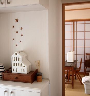 いつものお部屋のワンコーナーの壁に星を飾り付けて、白い小さなおうちを飾った控えめなディスプレイ。がんばりすぎていなくて、優しい気持ちが感じられます。