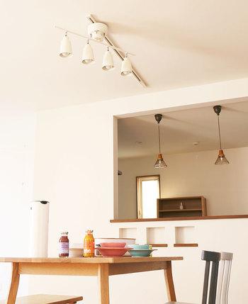 putkiというのは、フィンランド語で筒という意味で、4つのシェードの形から筒の形を連想してputkiと名付けられたそうです。本体のサイズは幅800×奥行き155×高さ307mm。シェードは自由に角度を変えることができ、シェードの角度によって光の向きを調整することが出来ます。例えば、お部屋の壁にかざってある時計や絵画、ポスターなどを意図的に照らしすこともできるので、雰囲気のあるお部屋作りにぴったり。付属のリモコンで、スイッチのON/OFFも可能と、使い勝手満載のライトです。