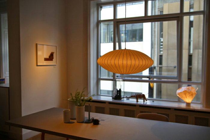 世界中で愛され続けているバブルランプは、1947年ジョージ・ネルソンによりデザインされたもの。 現在では、ニューヨーク近代美術館(MOMA)の永久保存コレクションとなっています。 バブルランプの製造工程は企業秘密になっていて、細いスチールを1本ずつ重ね、特殊なプラスチックでコーティングするのですが、どんなプラスチックを使っているか?などは、一切公表されることなく、絶対に内緒なんだそうです! そんな秘密めいたところにも魅力を感じます。 薄暗くなった夕方、ひとたびライトを灯せば、そこには暖かで幻想的な光が…。まさに癒しの空間へと導いてくれます。 特殊なプラスチックでコーティングされてるシェードは、和紙のような質感と弾力性を兼ね備えた、私達日本人の心にスッと入り込んでくる、とても珍しいランプです。