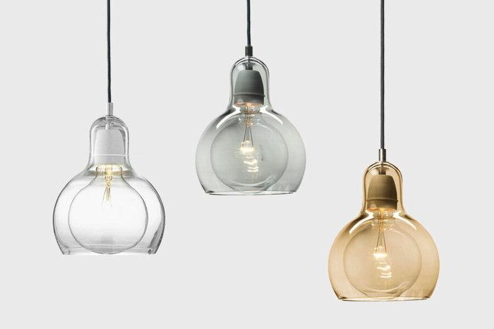 デンマークのデザイナーSofie Refer(ソフィー・リファー)が手掛けた温かみのあるガラスランプ。 吹きガラスの技法により職人さんが、ひとつひとつ丁寧に作り上げるメガバルブは、ソケット部分も含め、電球をすっぽり包み込んだガラスのシェードが特徴的です。 職人がひとつひとつ手作業で作っているので、ちょっとした歪みや厚みの違いも愛嬌のひつに…。 電球の形を表現した柔らかな曲線を持つガラスシェードは、シンプルでありながら、北欧ならではの洗練された雰囲気がたまりません。