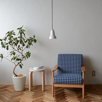 1人用のソファスペースには、スポットライトのような可愛らしいペンダントライトを。おいしいコーヒーと小説があれば、カフェに行く必要なんてなくなるかも。