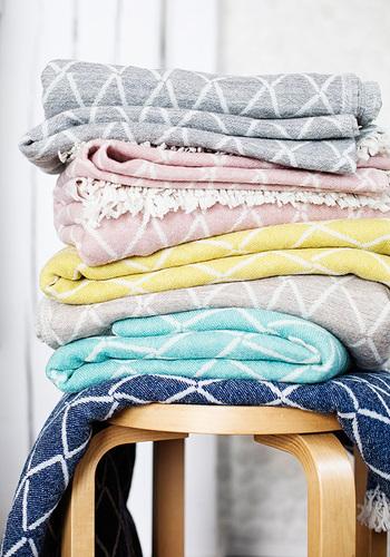 膝に掛けたり、肩から掛けたり、時には、お昼寝のお布団代わりに掛けたり…ブランケットは、寒い季節の必需品。 暖房をつけるまでの寒さでは無い時や、そうでなくても、足元や肩回りが寒い時にも、ブランケットが一枚あるだけで、自然なあたたかさに包まれます。