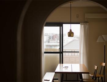 玄関から覗く空間にペンダントライトがあるだけで、なんだか洗練された印象に。友人や家族を招くのも楽しくなりそう!