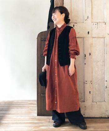"""襟元と袖口のフリンジデザインと、秋らしい""""ブリック""""カラーがおしゃれなリネンワンピース。羽織としても使えるので、シーンやコーディネートに合わせて色々な着こなしが楽しめそうですね◎。"""