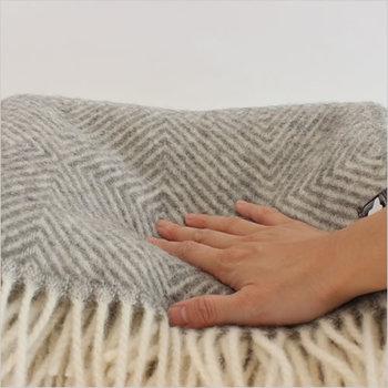 ふっくらとした温かさが特徴のダナヤシリーズは、軽くて柔らかくて、寒い時期にはリビングでも寝室でも手放せないブランケット。一度、手に触れたら、その柔らかな風合いに、来年も再来年も使いたくなる…そんな、お気に入りになりそうです。