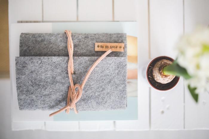 自分が持っているモノすべてを把握することは、どんなに記憶力がよくても難しいものです。家族の分もとなればなおのこと。日用品や消耗品の在庫はもちろん、シーズンごとの洋服、イベントに必要なモノなど、項目ごとにリスト化したノートを一冊作っておけば、管理がラクになります。災害への備えにも、リストがあれば定期的なチェックが習慣にできますね。