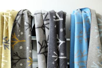 冬の木の上にふんわり舞い落ちてくる雪のイメージにぴったりな「NEL BOSCOネル ヴォスコ」は、北欧を代表するウールブランケットメーカーROROS TWEED(ロロスツイード)のもの。 素材は上質なピュアニューウール100%。織り方は、裏表で違うデザインを織り込むジャガード織りで、1枚で2種類の雰囲気を楽しめるリバーシブルです。。 ジャガード織りは、羽織ると心地よい重みで、寒さから体を守ってくれます。
