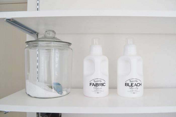 粉末洗剤を入れているアンカーホッキングのストレートジャーがレトロな雰囲気でとてもお洒落です。粉末洗剤を入れる容器は蓋の部分が開けやすいかどうかもチェックしておくのが重要です。