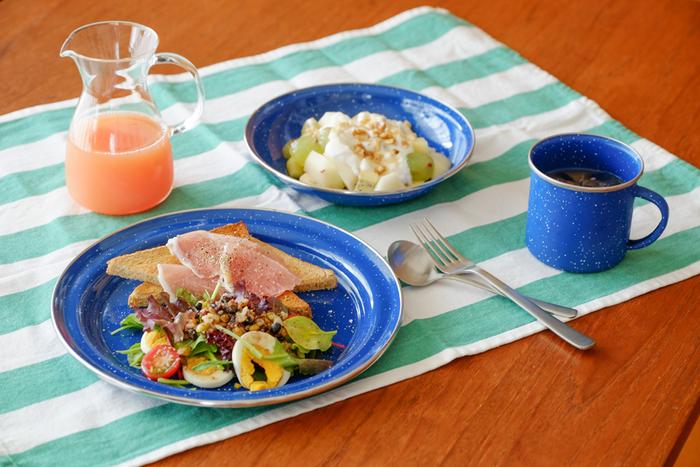 におい移りがしにくく丈夫なことから、アウトドア用としてよく用いられるホーロー加工の食器。「GSI(ジーエスアイ)」のエナメルテーブルウェアは、アメリカンテイストなデザインと、鮮やかなブルーで明るい食卓を演出してくれます。