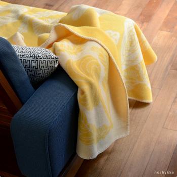「野生の花」という意味の「VILLIKUKKA」は、日本人デザイナー鹿児島睦さんによるデザイン。 鹿児島さんらしいお花のデザインが、お部屋に華やかさと優しさをプラスしてくれます。 ソファやリビングの椅子など、いつでも手に取れる場所にブランケットを用意して、秋の夜長に、ゆっくり&のんびり、癒しの時間を過ごしてみませんか♪
