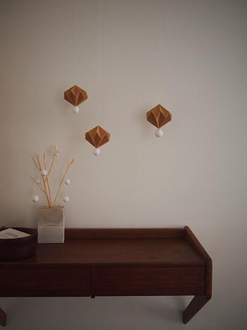 ちょこんとかわいらしいクラフトモビールを壁にぶら下げたり、花瓶に刺しておくだけでも可愛らしくて素敵です。