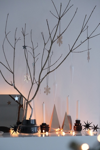 少し外が暗くなってきた頃にお部屋の雰囲気がぐっと増す、キャンドルやライトを使ってディスプレイをしましょう。色味を少なくすれば、クリスマスと年末用のディスプレイを一緒に楽しんでも◎。