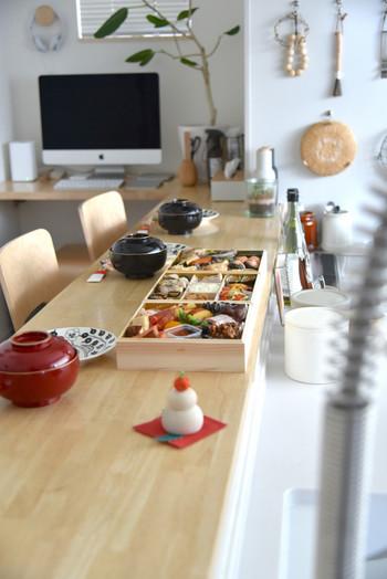 お正月が近くなる頃には、小さな鏡餅のオブジェをテーブルの片隅にそっと飾って。