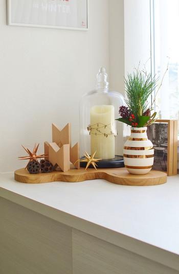 お部屋に飾る花も和に偏りすぎないように、飾る花瓶や周りの小物で調節。華やかさを忘れないディスプレイを心掛けましょう。