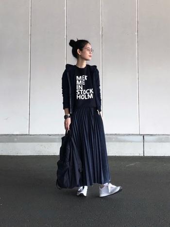 プリーツたっぷりの女性らしい雰囲気のデニムスカートは、ロゴTシャツとパーカーを合わせてカジュアルダウン。足元は白のスニーカーでぬけ感を出してあげると、こなれた雰囲気になります。