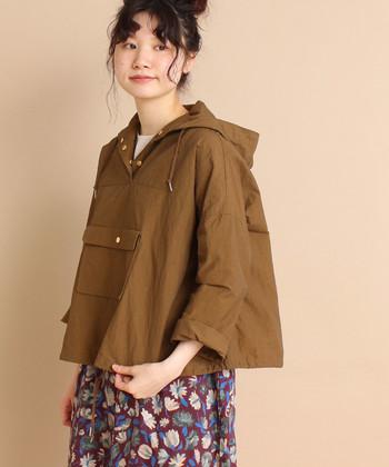 ハリのあるカジュアルな印象のポンチョブルゾン。ボーイッシュな印象のアイテムは、スカートと合わせてルーズな着こなしを楽しんでみませんか?アースカラーがミリタリー感たっぷりで素敵です。