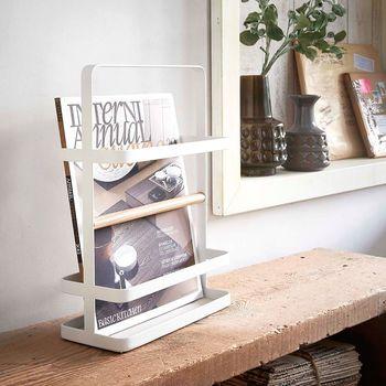 雑誌や新聞をどうしてもカウンターに置いてしまう…というお家は雑誌専用ラックを用意。持ち手付きで移動しやすく、ディスプレイにもなります。