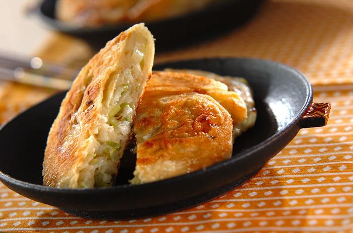 小麦粉の生地にネギを巻き込んで焼いた葱油餅(ツォンヨゥピン)は、北京料理ですが、中国の他の地域でも似たものが食べられており、台湾の屋台などでも人気。香ばしくて、ネギの香りも豊かな、軽食にもなるおやつです。